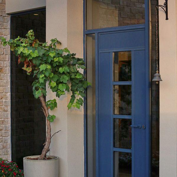חלונות ודלת כניסה בכחול