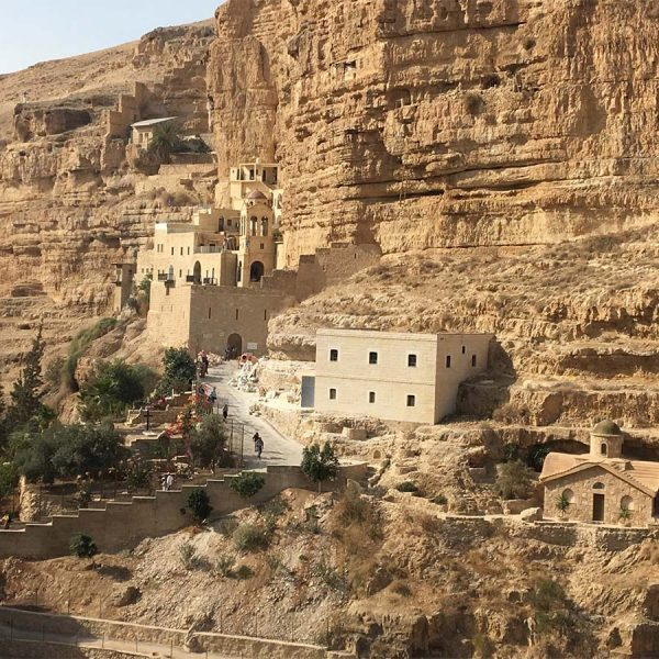 בניה בתוך ההר - שימוש באבן