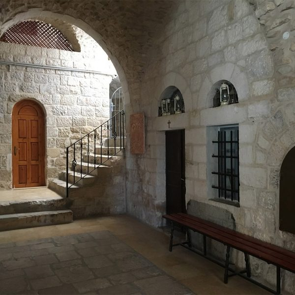 שימוש באבן בקיר וברצפה