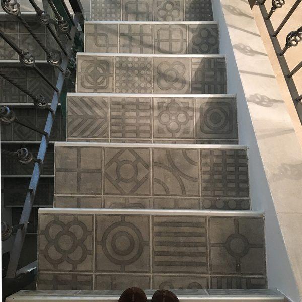אריחים מצוירים במדרגות