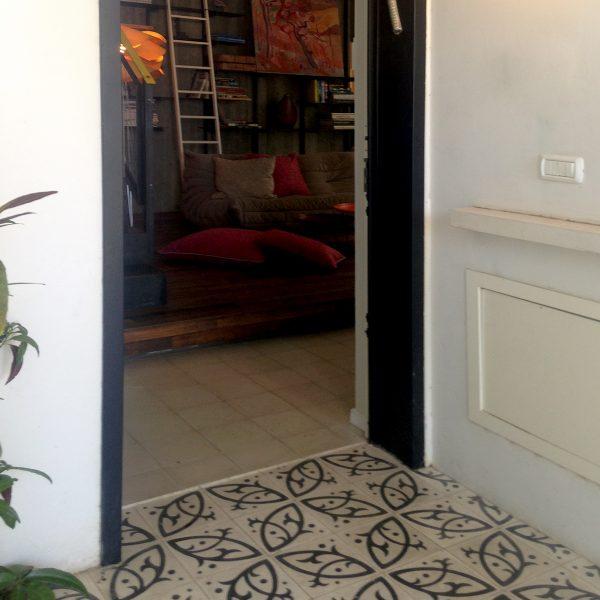 אריחי רצפה מצוירים בכניסה לבית