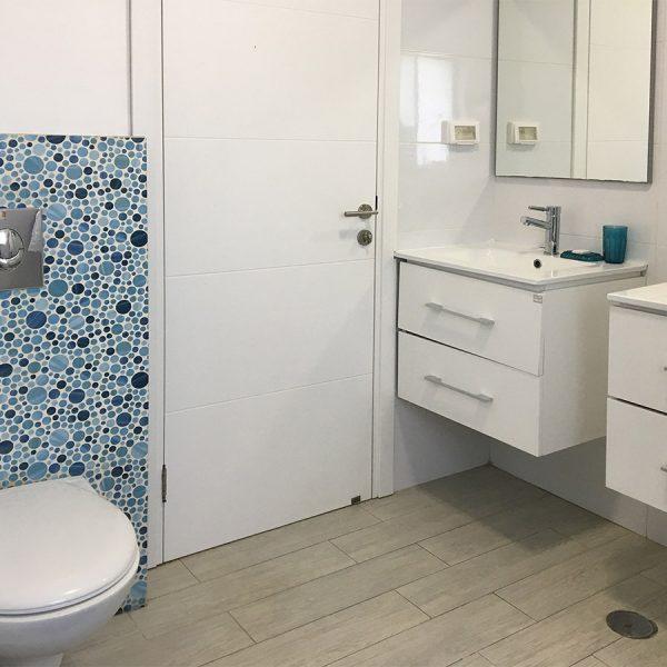 שירותים כחולים ושני כיורים