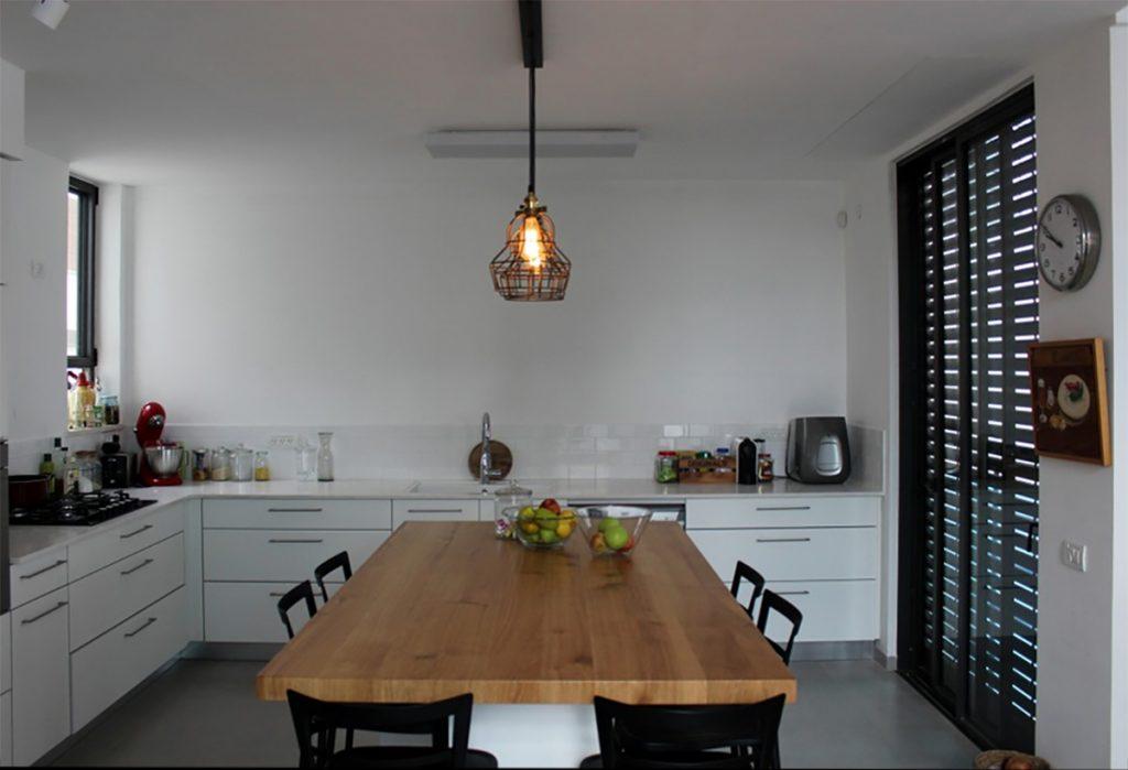 מטבח לבן בסגנון באוהאוס