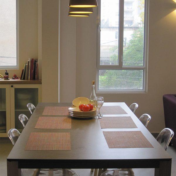 שולחן בטון וכסאות שקופים