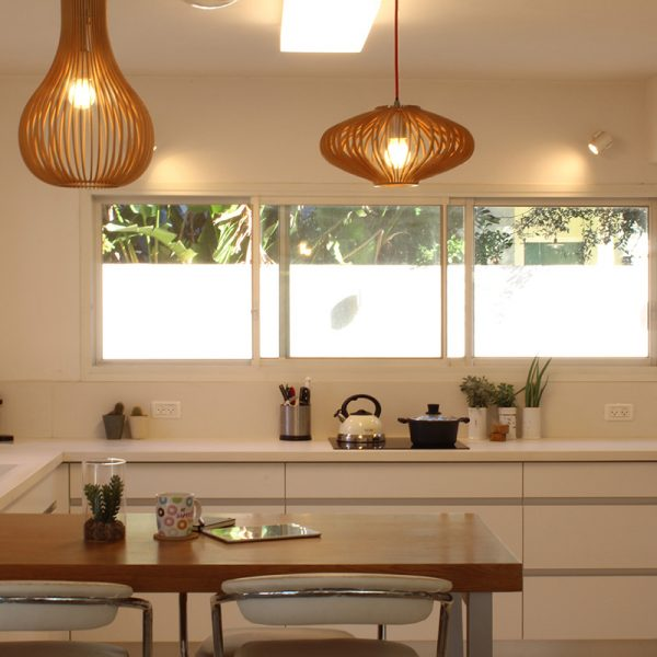 תאורה מעוצבת מעל דלפק האכילה