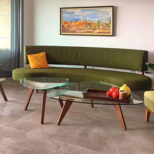 עיצוב סלון מודרני עם ספה חצי עגולה