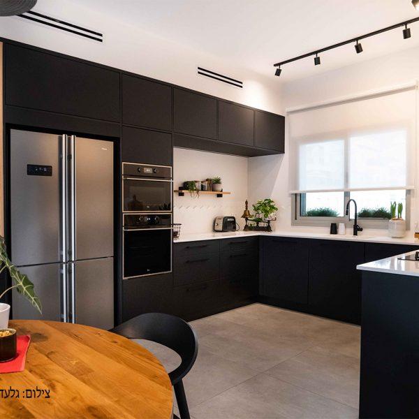 מטבח עם חזיתות שחורות