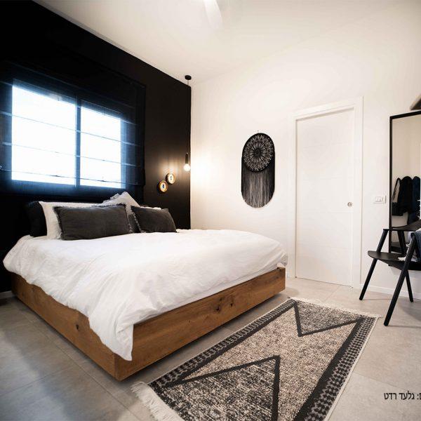 קיר שחור בחדר שינה