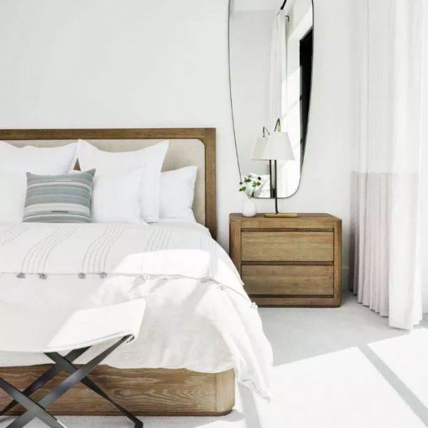 מראה מעל השידה בחדר שינה קטן