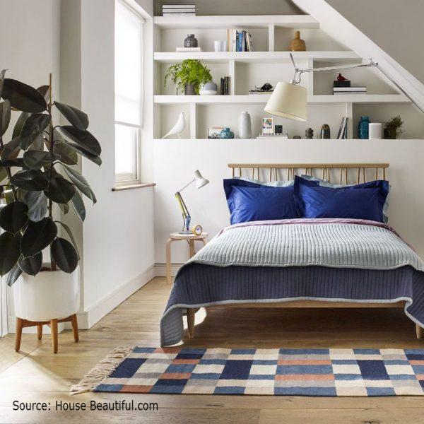 מדפים מעל המיטה בחדר שינה קטן