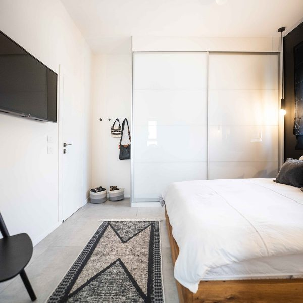 חדר שינה הורים עם קיר שחור