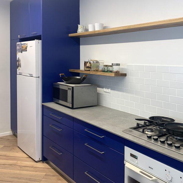 מטבח בצבע כחול עמוק